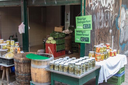Naschmarkt-wien-Heurigen-Salzgurken-und-Sauerkraut