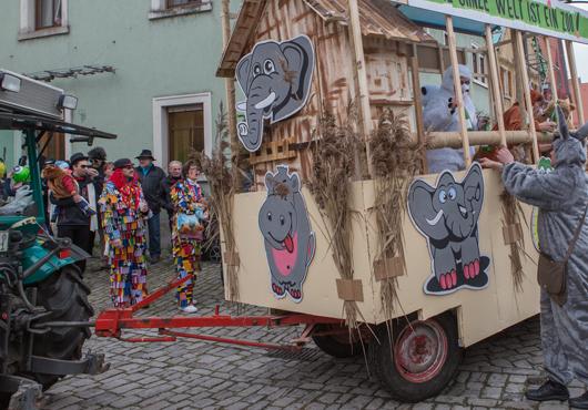 Faschingsumzug-Sulzfeld-Bilder--die-ganze-welt-ist-ein-Zoo
