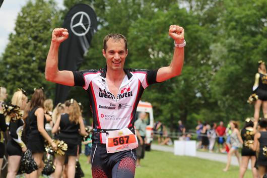 Cayne-Krapf-im-Weissenseel-Trikot-finisher-in-der-Olympischen-Distanz