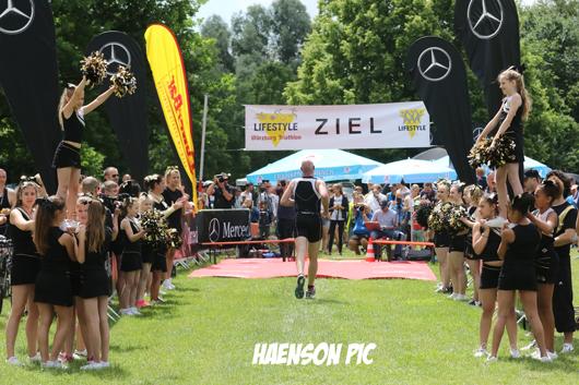 Zieleinlauf-mit-cheerleader