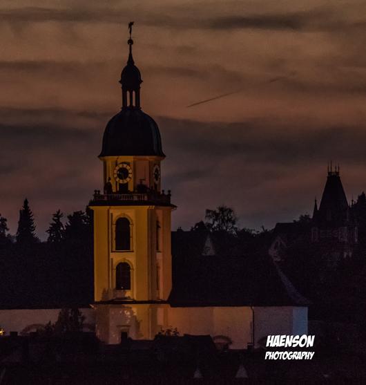 Evangelische-Kirche-Kitzingen-in-der-Abenddämmerung