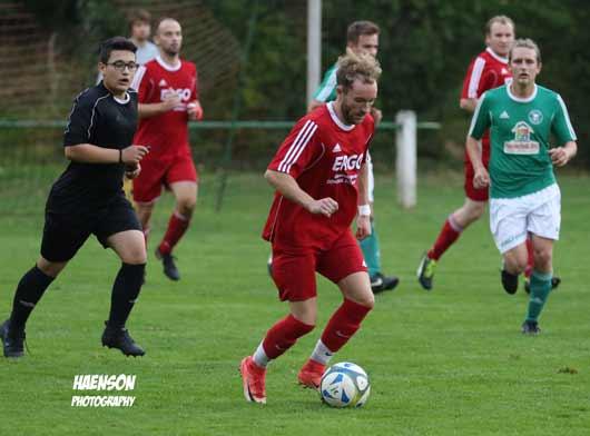 Raphael-Hellerberg-Effelberg-mit-Druck-nach-vorne-links-Schiedsrichter-Ömer-Kilic