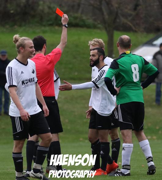 Schiedsrichter-gibt-Simon-Weiglein-Gelb-Rot